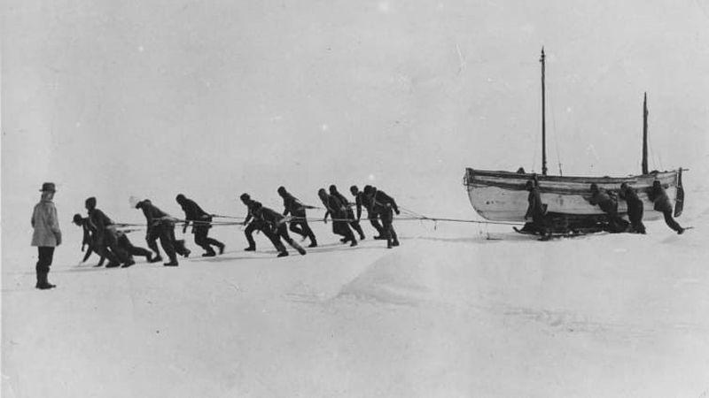 Petualangan pertama ke Antartika dilakukan oleh Ernest Shackleton, pada awal 1900-an. Shackleton dan krunya menyeret sekoci yang telah diselamatkan sebelumnya di atas es (Getty/CNN Travel)