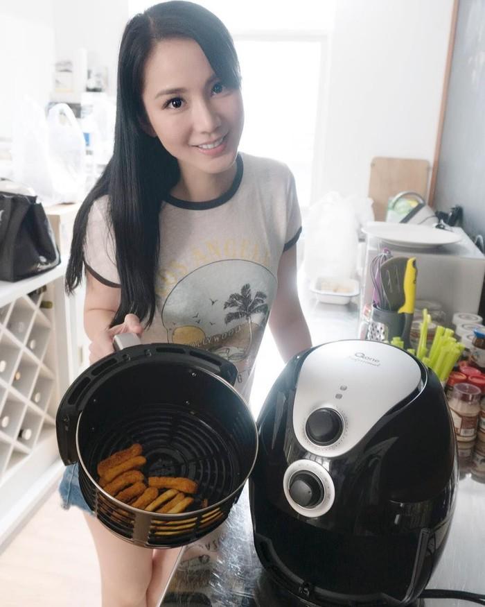 Meski sudah 32 tahun, Jill tampak awet muda ya? Ini gayanya saat menggoreng pakai air fryer yang lebih sehat. Foto: Instagram jill_gladys_
