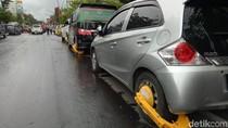 Belasan Mobil yang Parkir di Depan Balkot Makassar Ditilang