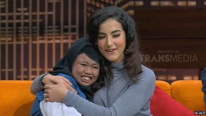 Rahmawati Kekeyi Nangis Bertemu Tasya Farasya. Foto: Dok. YouTube Hitam Putih