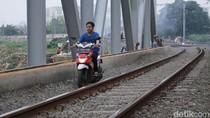 Video: Tak Cuma JLNT, Rel Kereta juga Dijajah Pemotor