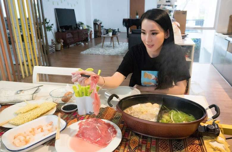 Eating well is a form of Self Respect, tulis Jill yang hendak makan shabu-shabu homemade. Wah, setuju banget deh sama quotenya! Foto: Instagram jill_gladys_