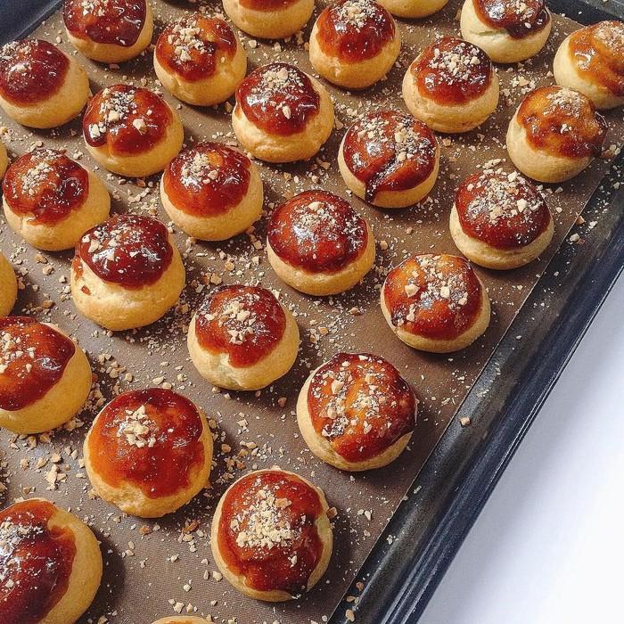 Dari sekian banyak kreasi choux, choux caramel jadi favorit. Meski terliat sederhana, karamel yang dijadikan topping plus taburan cincangan kacang ini bisa manjakan lidah. Foto: Instagram ihanhlai