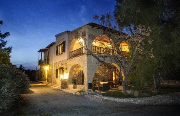 Pemilik Villa Menorah di Larnaca, Siprus akan membebaskan biaya menginap bagi traveler yang membantu hotel menangani kerusakan di sana. Traveler yang punya skill pertukangan, bisa dicoba nih! (dok. Barter Week)