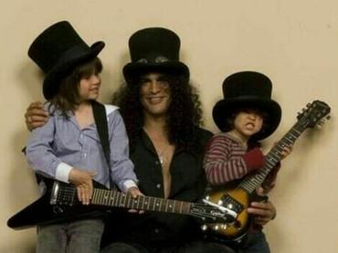 Memakai topi yang sama dengan Ayah Slash. Bentuk topi tersebut begitu fenomenal. (Foto: Instagram @slash.guitarhero)