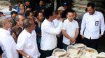 Berbaju Koko dan Songkok Amran Blusukan ke Pasar Cipinang Bareng Buwas