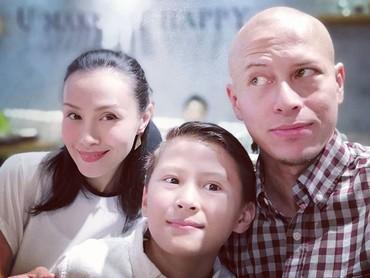 Waduh, yang sadar kamera cuma Bunda Bonita nih. Nggak apa-apa kok, ayah, ibu, dan anak ini tetap cute. He-he-he. (Foto: Instagram/ @pierrerolandc)