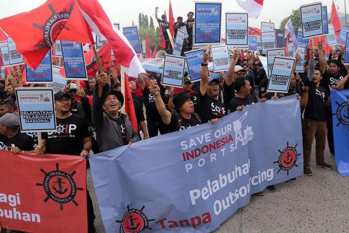 Dalam aksinya, Ketua Umum Federasi Pekerja Pelabuhan Indonesia (FPPI) Nova Sofyan Hakim mengajak seluruh komponen bangsa, secara bersama menyelamatkan pelabuhan nasional. Untuk masa depan Indonesia yang lebih baik. Foto: dok. FPPI
