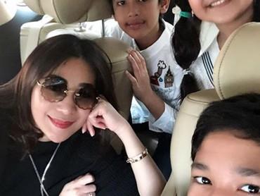 Nggak tanggung-tanggung,Erin Taulany mengajak wefie ketiga anaknya di dalam mobil. Smile! (Foto: Instagram @erintaulany)