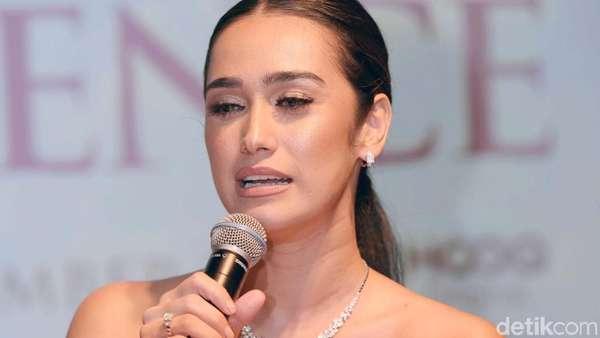 Si Seksi Alexandra Gottardo di Gala Premier Hanum & Rangga