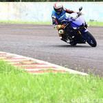 Posisi Riding Agak Nunduk Bikin Yamaha R25 Tambah Ngebut
