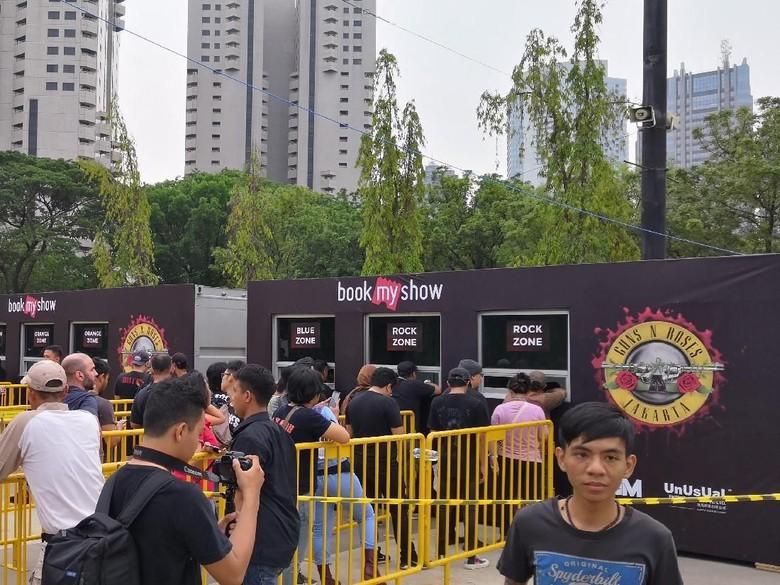 Begini Suasana Penukaran dan Penjualan Tiket Guns N Roses