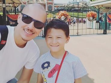 Sumringahnya ayah dan anak ini saat liburan ke Disneyland Hong Kong. (Foto: Instagram/ @pierrerolandc)