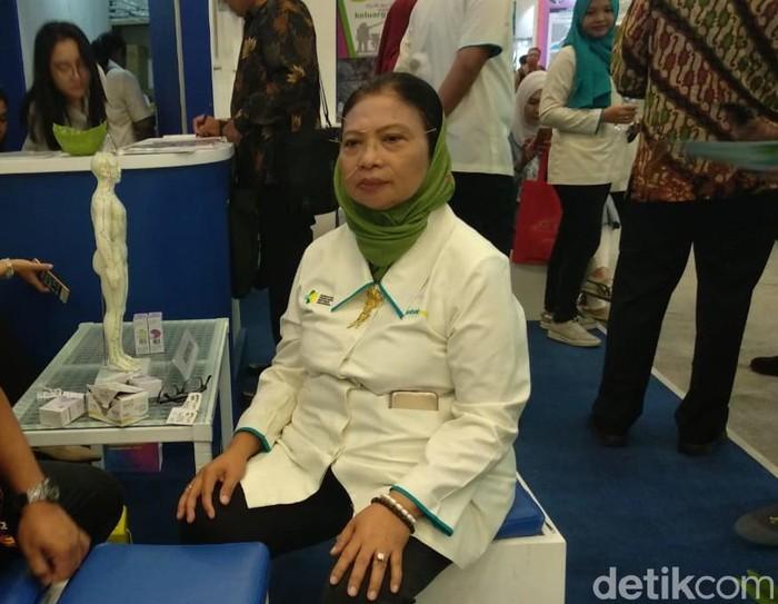 Yang ini terapi dengan akupuntur. Katanya sih nggak sakit ditusuk-tusuk jarum seperti itu. Foto: Widiya Wiyanti/detikHealth