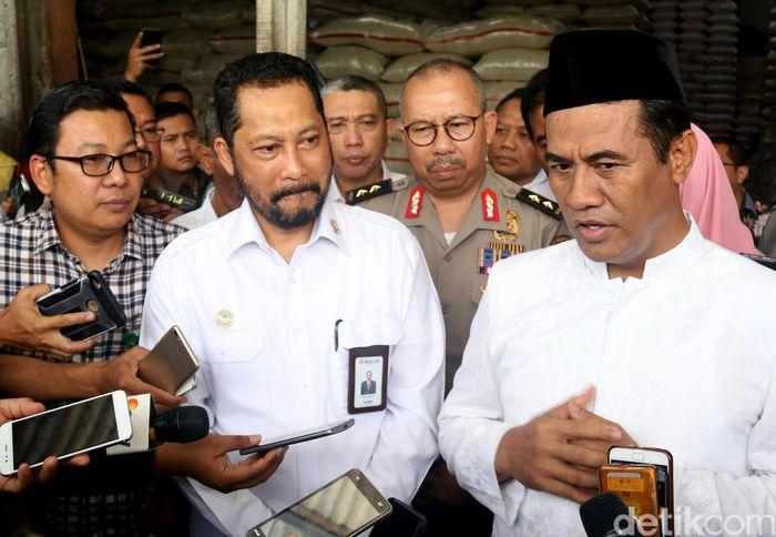 Menteri Pertanian Amran Sulaiman bersama Direktur Utama Perum Bulog Budi Waseso (Buwas) mengunjungi pasar Kramat Jati dan Pasar Induk Beras Cipinang (PIBC) untuk memantau harga beras, Jakarta, Kamis (8/11/2018).