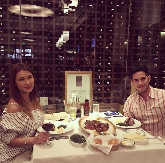 Wanita keturunan Jepang - Kanada, punya hubungan yang serius dengan kekasihnya. Ia sering terlihat makan malam romantis, dengan hidangan beefsteak dan segelas wine. Foto: Instagram @maria.ozawa