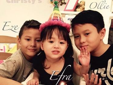 Aih, rukunnya Kakak Olie, Kakak Eze, dan Adik Efra. (Foto: Instagram/ @pierrerolandc)