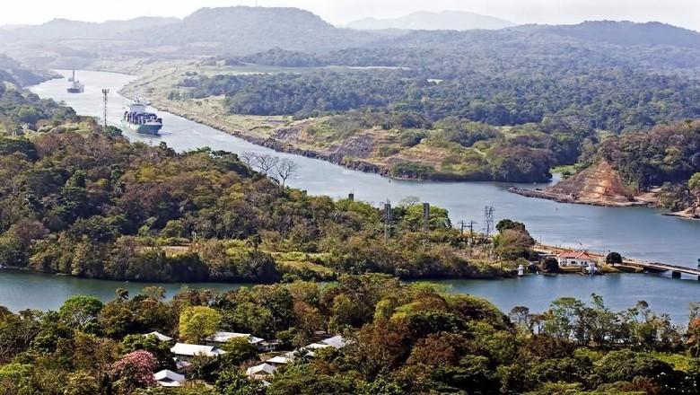 Terusan Panama, Large ships navigate the Panama canal