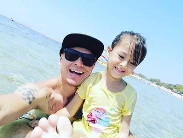 Happy-nya si bungsu Efra ditemani ayah tercinta saat berenang. Segar, segar, segar! (Foto: Instagram/ @pierrerolandc)