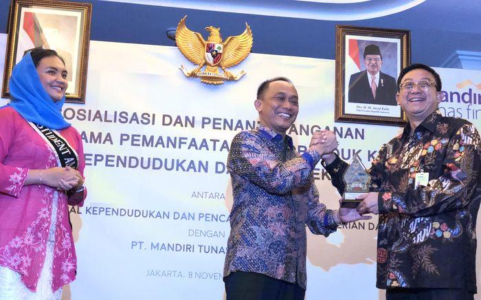 Acara penandatanganan Standar Pelayanan Administrasi (SPA) itu digelar di Jakarta, Kamis (8/11/2018) malam. MTF dan Dukcapil bersinergi dalam meningkatkan Standar Pelayanan Administrasi (SPA) dengan mempercepat proses layanan dan validasi informasi. khususnya pemanfaatan data kependudukan. Foto: dok. MTF