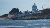 Sebanyak 137 kru kapal perang sudah berhasil dievakuasi. Tidak ada korban jiwa dalam insiden ini, tujuh orang mengalami luka ringan. NTB Scanpix/Marit Hommedal via REUTERS.