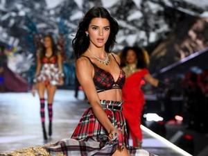 Kembali ke Victorias Secret, Kendall Jenner Pakai Lingerie Bersayap Bintang