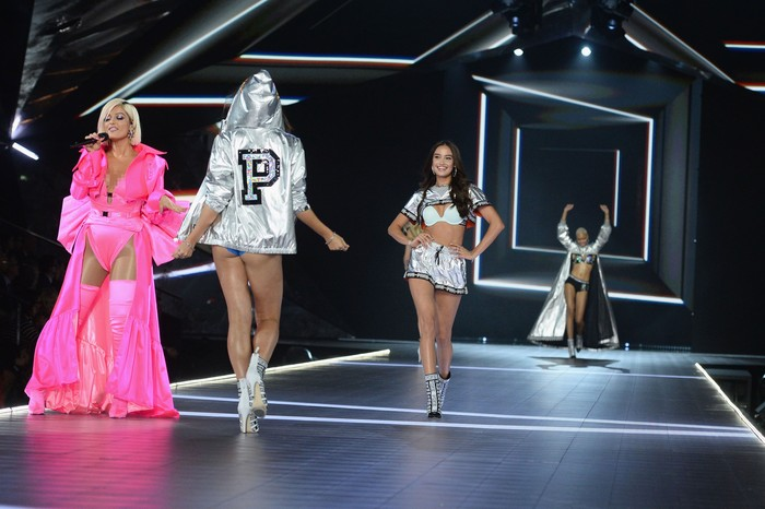 Kelsey Merritt mencetak sejarah di Fashion Show Victorias Secret 2018. Foto: Getty ImagesDimitrios Kambouris/Getty Images for Victorias Secret