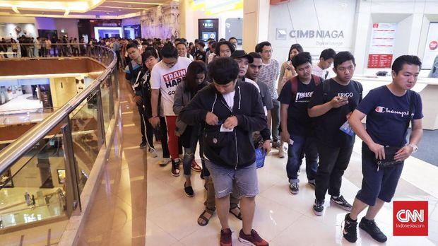 Pengunjung memenuhi gelaran Urban Sneakers Society di Pacific Place, SCBD, Jakarta, Jumat (9/11). (CNN Indonesia/Hesti Rika)
