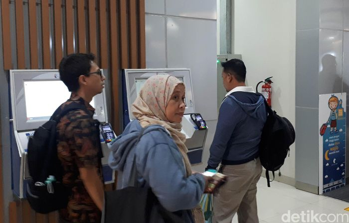 Vending machine untuk membeli tiket kereta mengalami kendala teknis sehingga tiket kereta bandara tak keluar.