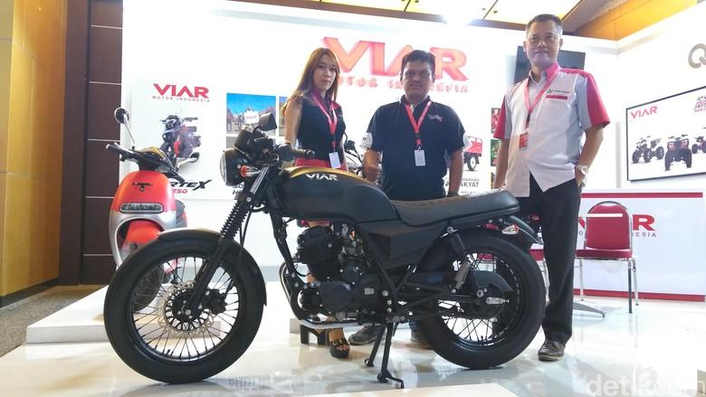 Viar Pamer Motor Klasik di Surabaya. Foto: Deny Prastyo Utomo/detikOto
