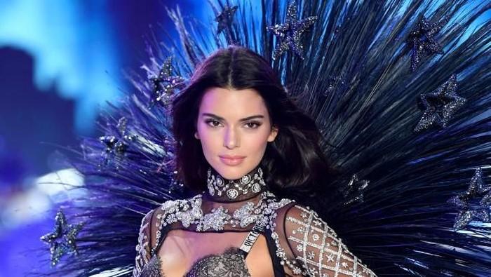 Setahun absen, Kendall Jenner kembali ke fashion show Victorias Secret 2018. Foto: Getty Images