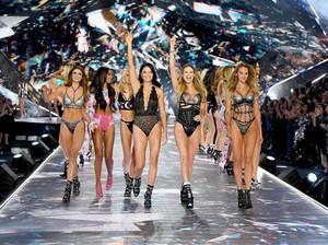 Bebas dari Highlighter, Ini Rahasia Kulit Bercahaya Model Victorias Secret