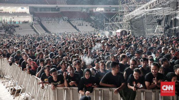 Ribuan orang berbaju hitam larut dalam nostalgia Guns N Roses.
