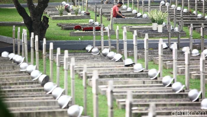 Petugas melakukan perawatan di Taman Makam Pahlawan Kalibata, Jakarta, Jumat (9/11/2018). Menjelang peringatan hari Pahlawan pada 10 November, Taman Makam Pahlawan Kalibata terus bersolek.
