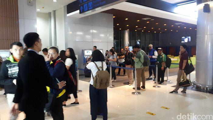Pantauan detikFinance di lokasi, masalah tiket sudah mulai terlihat sejak pukul 21.05. Para calon penumpang sudah antre di depan vending machine untuk membeli tiket kereta pukul 21.12 WIB.