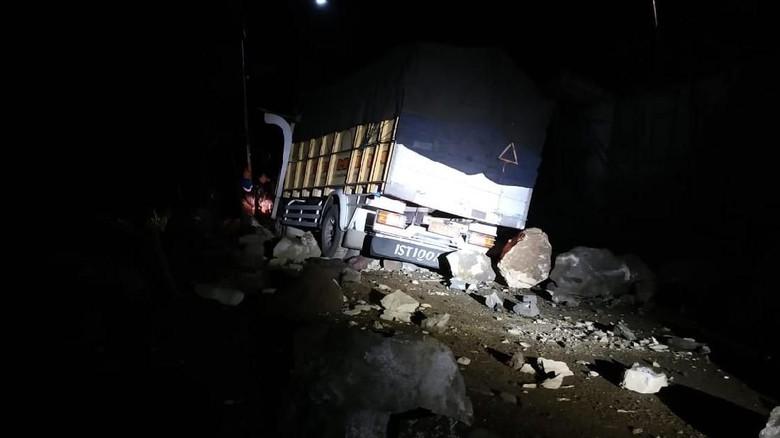 Sebuah Truk Tertimpa Material Longsor di Jalan Nasional Trenggalek
