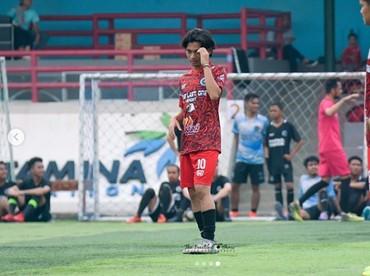 Gaya Yusuf Mahardika saat main bola. Aih, kerennya. (Foto: Instagram @mahardikayusuf)