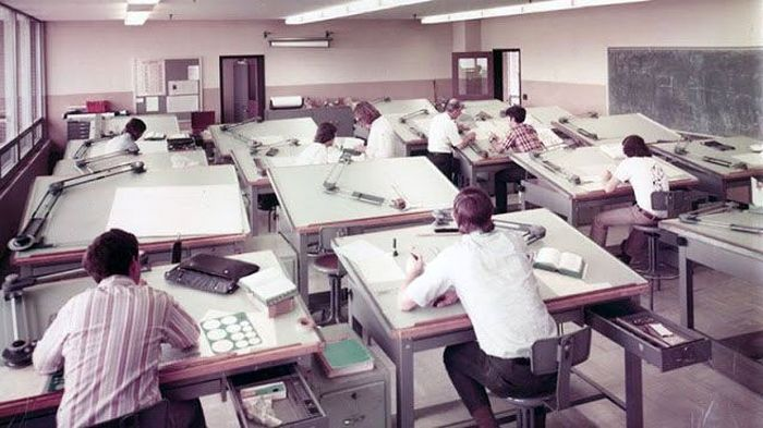 Hampir 20 tahun yang lalu, para insinyur dan pembuat alat digunakan untuk menggambar segala sesuatu di atas kertas dengan bantuan alat dan pensil. Istimewa/Vintag.es/Boredpanda.