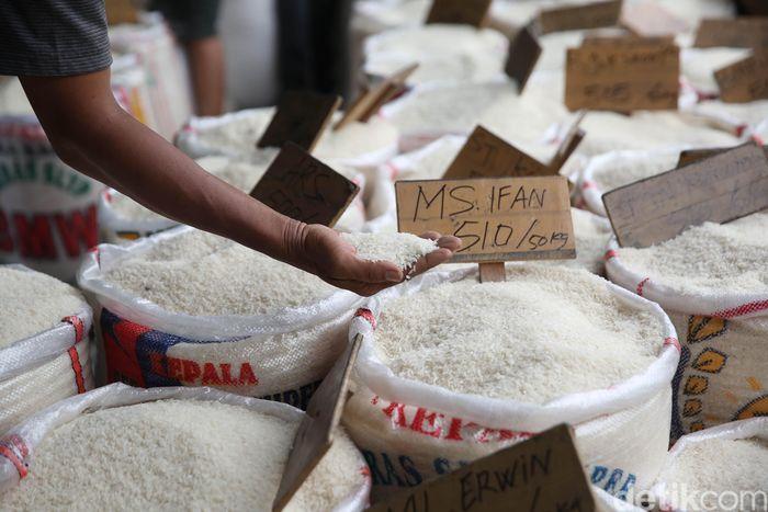 Harga beras medium di Pasar Induk Beras Cipinang (PIBC) mengalami kenaikan dari Rp 8.700 per kilogram (kg) menjadi Rp 9.150 hingga Rp 10.200 per kg. Kenaikan tersebut dikarenakan stok beras yang menipis.