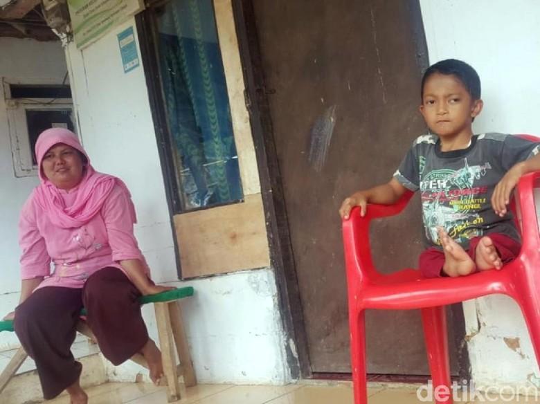 Luar Biasa, Bocah Ini Tetap Semangat Sekolah Meski Merangkak 3 Km