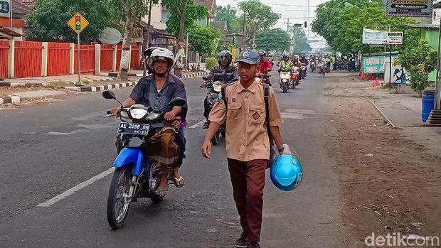 Pelajar ini terpaksa jalan kaki karena motornya ditahan/