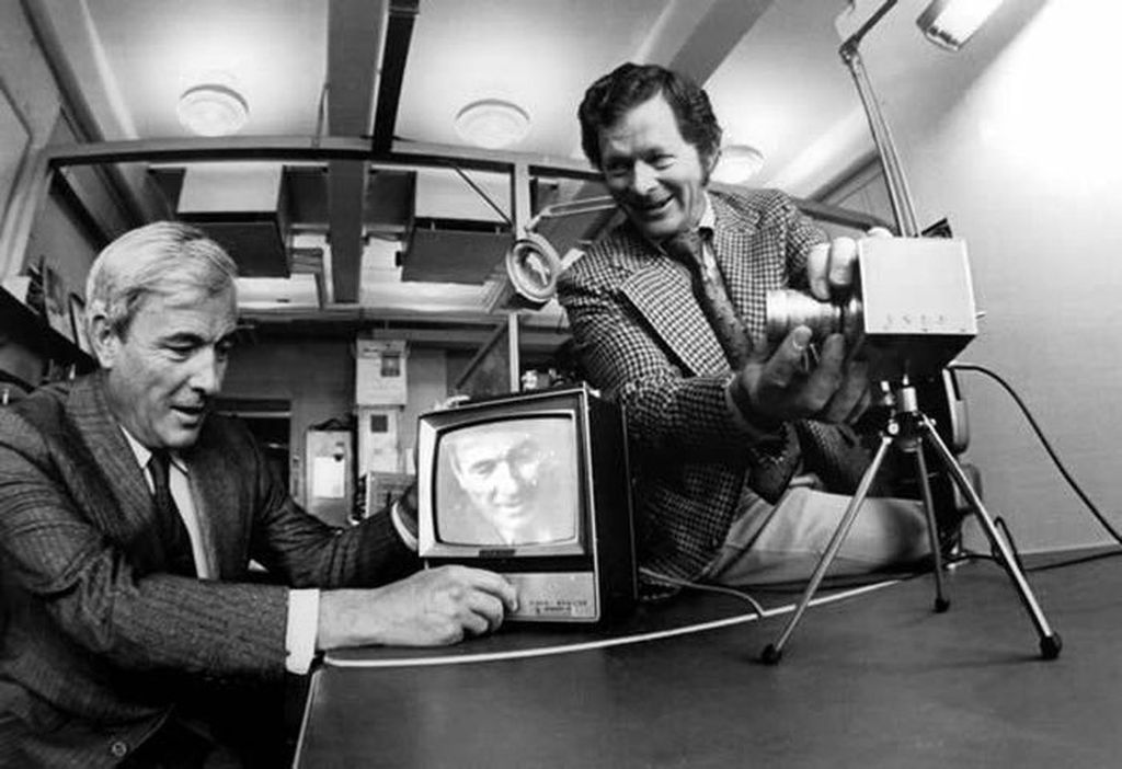 Willard Boyle, Bapak Kamera Digital. Ketika berkarir di Bell Laboratories pada 1969, Boyle bersama koleganya George E. Smith menciptakan teknologi CCD. Teknologi ini berperan sangat besar pada perkembangan kamera digital. Teknologi tersebut memungkinkan gambar dikonversi secara langsung menjadi data digital. Pada tahun 2009, pria berkebangsaan Kanada dan Amerika Serikat itu meraih penghargaan sangat bergengsi, yaitu Nobel Fisika atas penemuannya tersebut. Willard meninggal di tahun 2011. Foto: istimewa