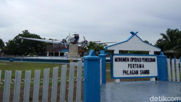 Pesawat Dakota RI-002 yang membawa para penerjun pertama di Kalimantan.