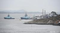 Bala bantuan dari yang terdiri dari tentara Norwegia sekarang sedang berusaha mempertahankan kapal perang itu supaya tidak tenggelam. NTB Scanpix/Marit Hommedal via REUTERS.