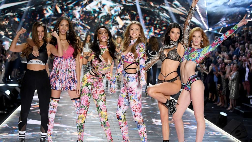 Foto: Adu Gaya Seksi Bella vs. Gigi Hadid di Fashion Show Victorias Secret