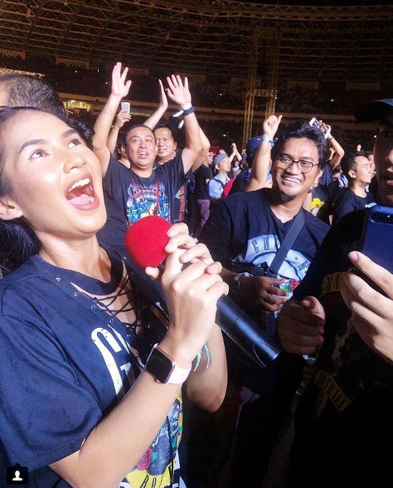 Dan kado terindah untuknya di konser tersebut dengan memegang mic yang digunakan Axl Rose selama tampil di Jakarta pada Kamis (8/11) malam.Dok. Instagram/sorayarasyid12