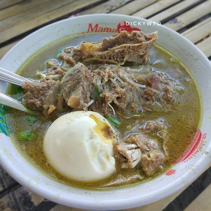 Menu khas Lombok ini bisa jadi sajian yang tepat saat Anda butuh kehangatan. Bebalung khas Lombok yang satu ini memiliki kuah yang cukup kental dengan paduan iga, suun dan juga telur. Enaknya! Foto: Instagram @dickykuliner