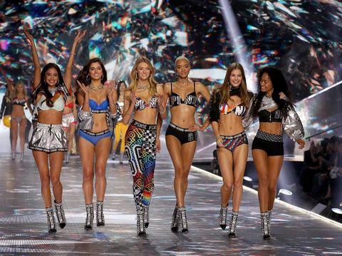 Lebih dari 100 model Victoria's Secret.
