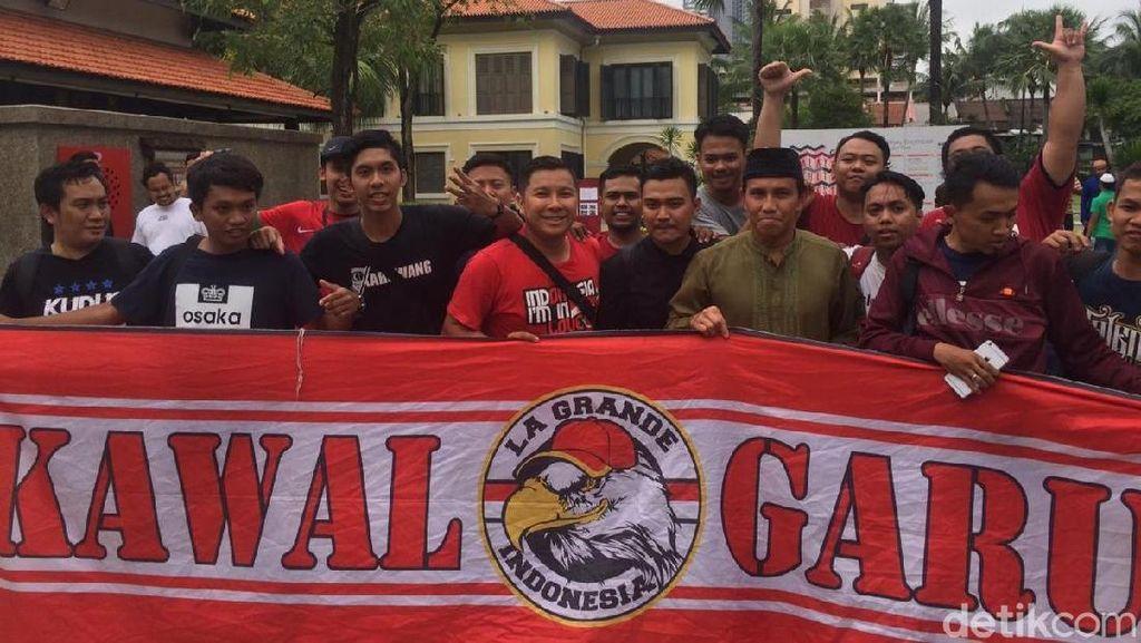 Puluhan Suporter Sambut Timnas Indonesia Selepas Salat Jumat