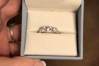 Seorang wanita dihujat karea pamer cincin pertunangan di Facebook